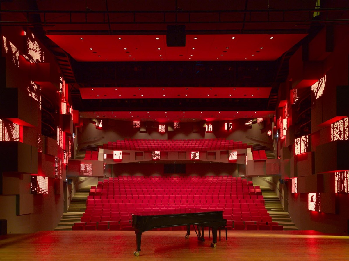 Auditorium. The graphic sceneries colour featured on the acoustic elements adapts to the auditorium RGB ligting.