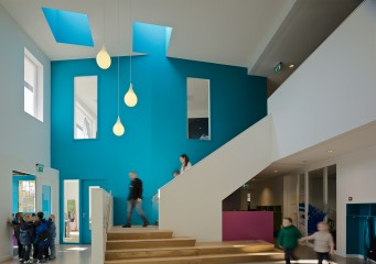 De Statie multifunctional community school interior